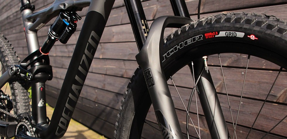 Roval Traverse wheels on each Enduro feature wide rims that offer great support for the tyres