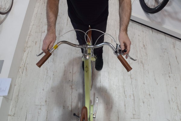 Line up the handlebar so that it is at 90degrees to the front wheel when viewed from above
