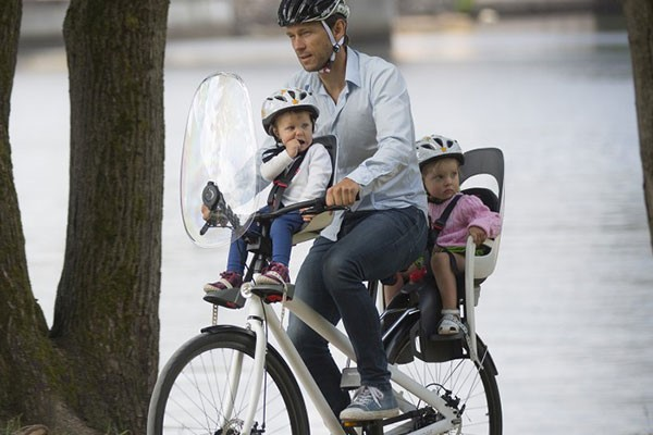 father with double child seats on bike